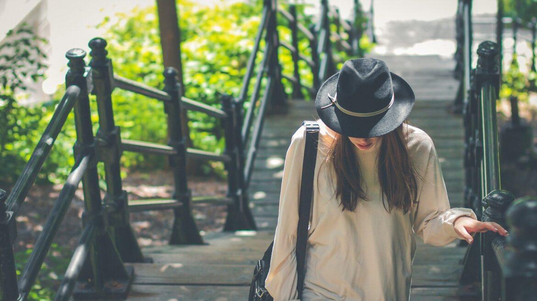 młoda kobieta w czarnym kapeluszu słomkowym