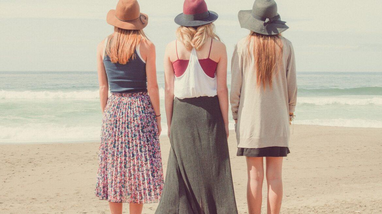 kobiety odwrócone tyłem nad morzem